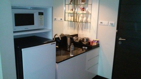 Radisson Suites Bangkok Sukhumvit: kitchenette with a large fridge